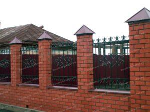 Кованые ворота на просвет с красивым навершием