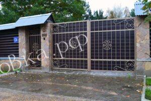 Кованые ворота с деревянным основанием