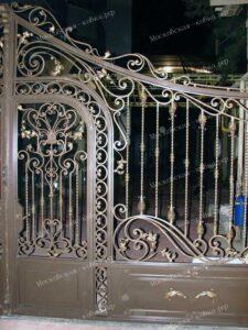 Кованые распашные ворота с встроенной калиткой