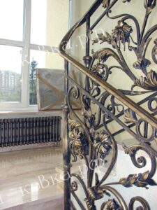 Лестничное ограждение в стиле Барокко со множеством кованых листьев