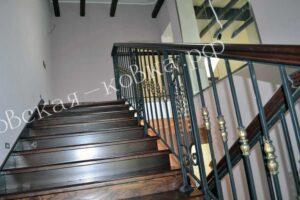 Лестничное ограждение с литыми вставками на балясинах