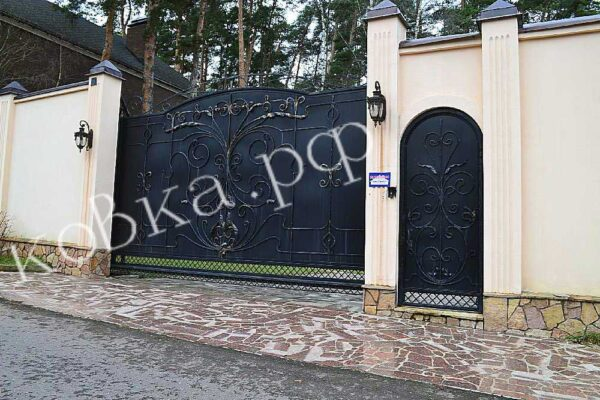 Откатные кованые ворота и калитка зашитые листом металла Артикул КВ-148