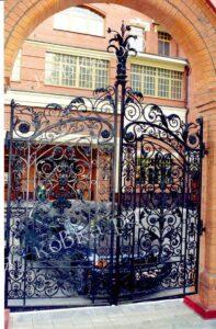 Роскошные-кованые ворота и забор в стиле Барокко