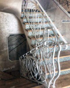 Кованые перила для лестниц белого цвета