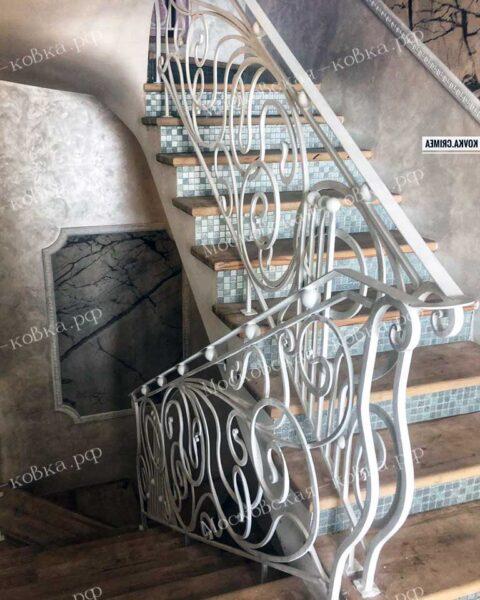 Кованые перила для лестниц белого цвета АРТИКУЛ КП 2020-43