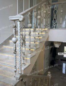 Лестничные перила из разных кованых балясин