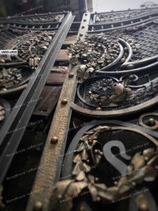 Элитные ворота с насыщенным кованым заполнением