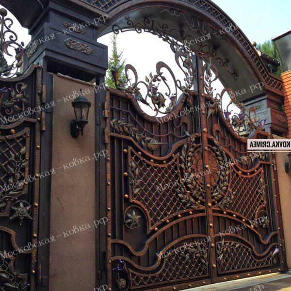 Элитные ворота с насыщенным кованым заполнением Артикул КВ-136