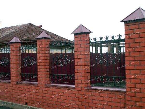 Кованый забор и ворота зеленого цвета