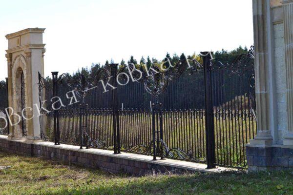 Кованый забор с дополнительным столбом крепления Артикул № КЗ-2020-37
