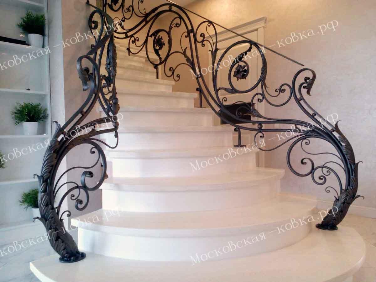 Кованые перила для дома на винтовую лестницу