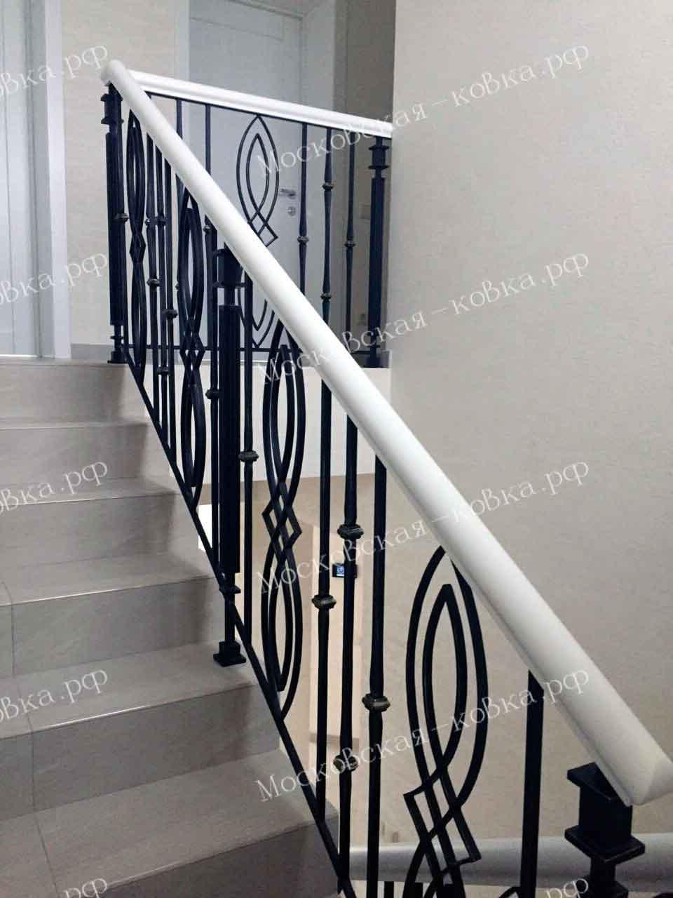 Кованые перила для лестницы с белым поручнем