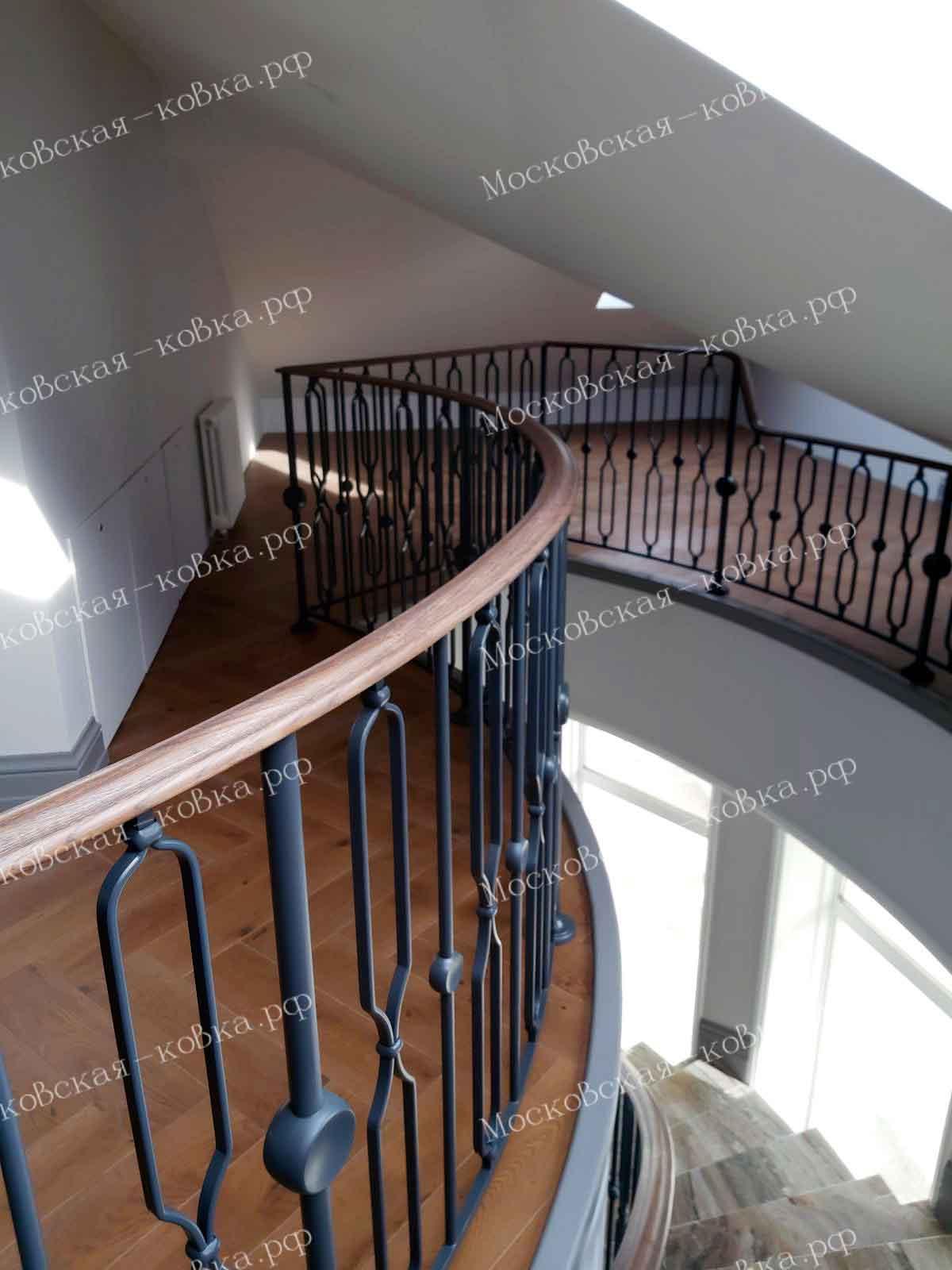 Аккуратные кованые перила для лестницы и балкона