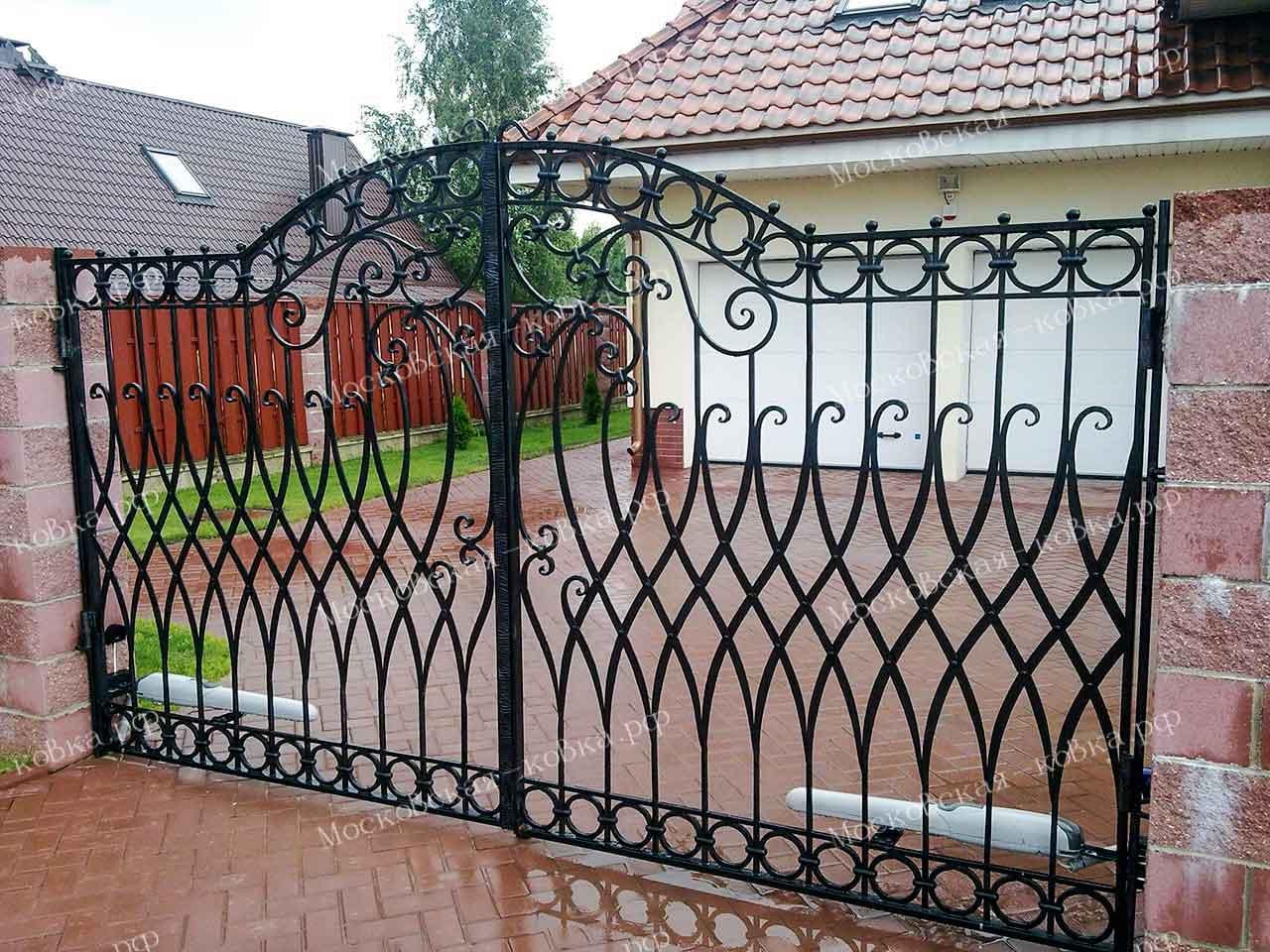 Заплетенные кованые распашные ворота