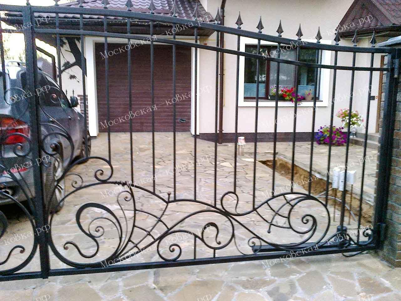 Кованые распашные ворота с калиткой и забором