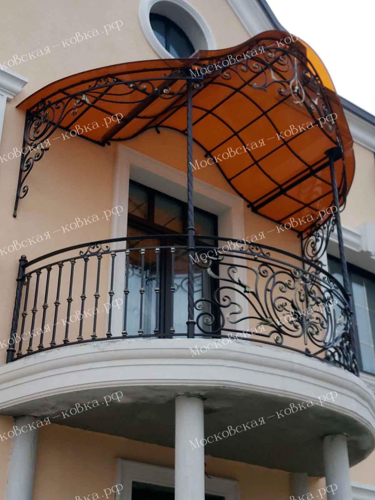 Кованый балкон с козырьком