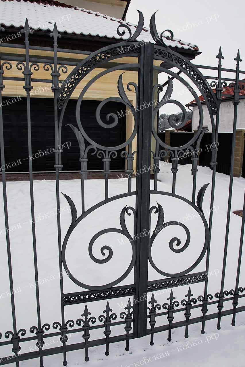 Легкие распашные ворота с ковкой