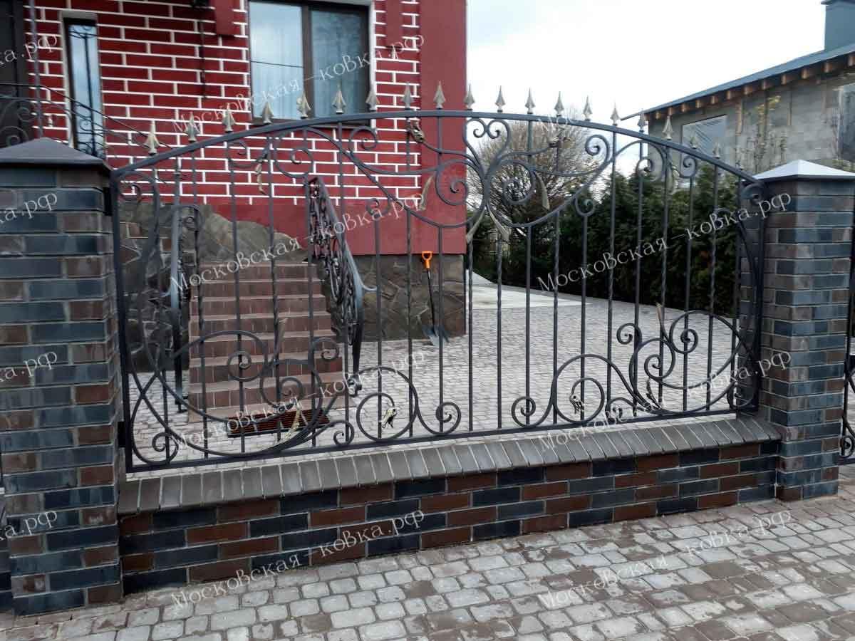 Простые распашные ворота с калиткой и забором