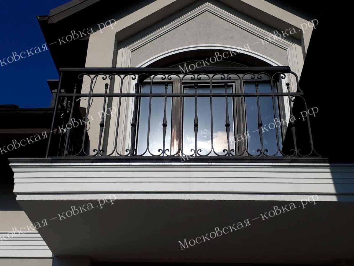 Строгие кованые перила на балконе