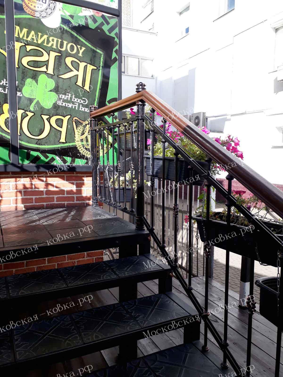 Уличная лестница с коваными перилами