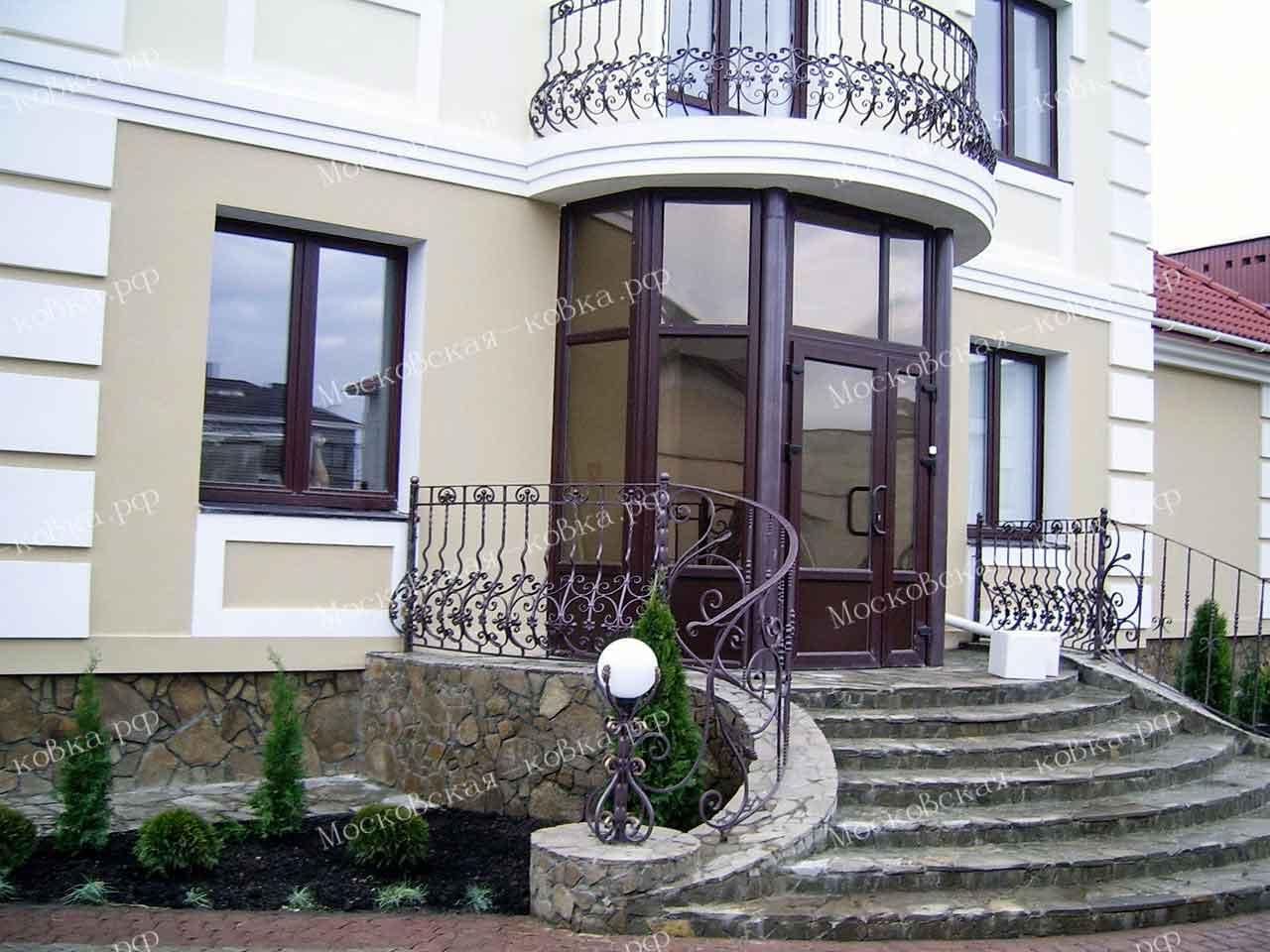 Выпуклые кованые перила для балкона, крыльца и террасы