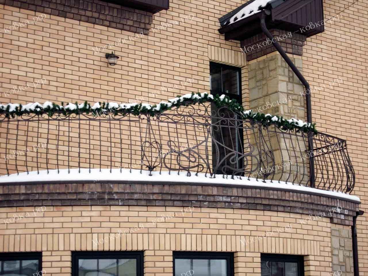 Кованые выпуклые перила на балкон-террасу