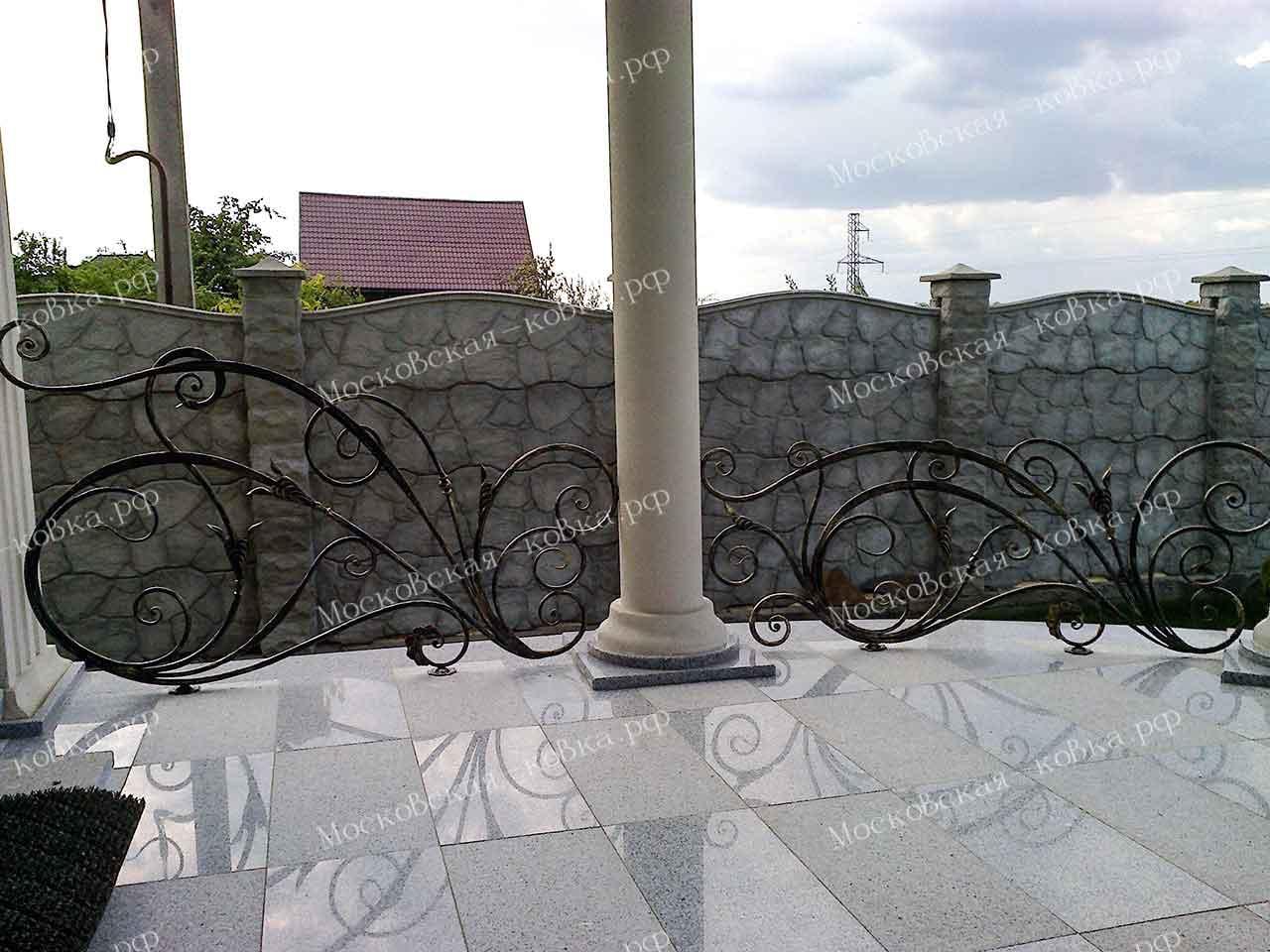 Красивые кованые ограждения террасы и балкона