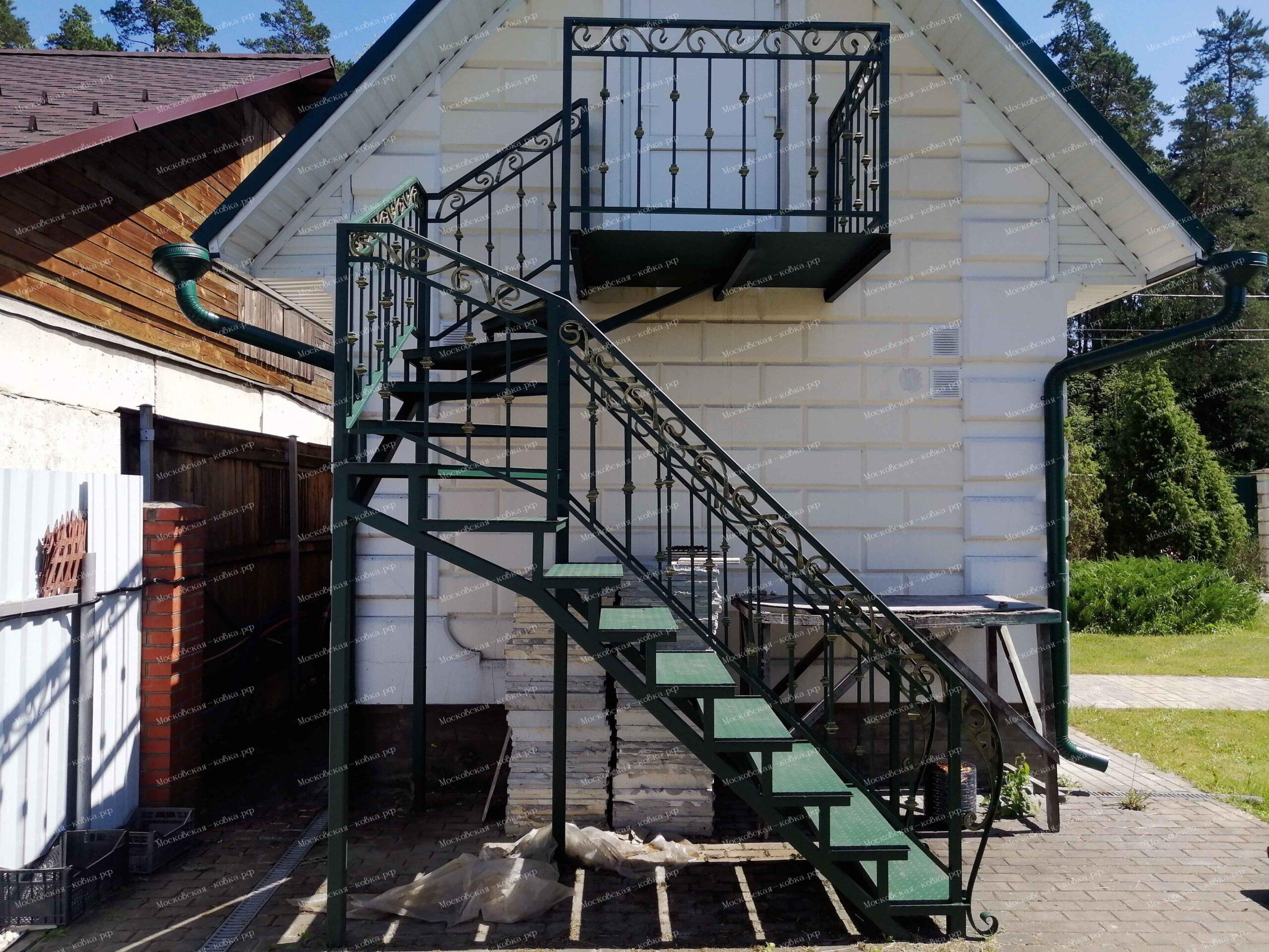 Лестница на чердак с кованым ограждением